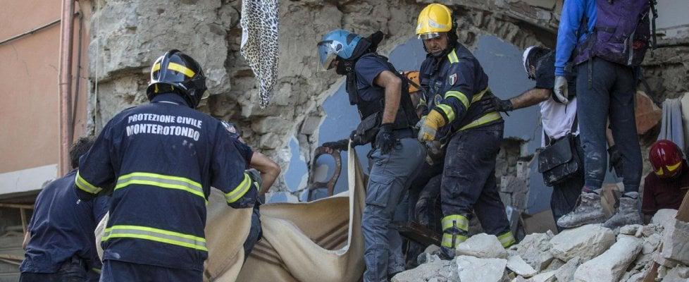 """Sisma, 284 vittime. Mattarella visita Amatrice, ai soccorritori dice: """"Grazie per ciò che fate"""""""