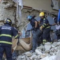 """Sisma, 284 vittime. Mattarella visita Amatrice, ai soccorritori dice: """"Grazie per ciò che..."""