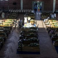 """Sisma, Mattarella nelle tendopoli: """"Non vi lasceremo soli"""". Funerali solenni ad Ascoli"""