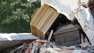I cimiteri profanati  dalla violenza del sisma