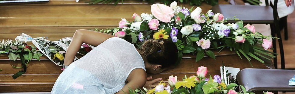 """Terremoto, il vescovo ai funerali: ho chiesto a Dio """"che si fa?""""   live tv     RepTv  Sfollati a Mattarella: """"Ci aiuti"""".  Lui: """"Non sarete soli""""   foto"""