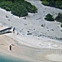 Sos scritto sulla sabbia: naufraghi salvati sull'isola deserta