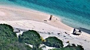 Naufraghi sull'isola deserta: salvi grazie alla scritta 'sos' sulla sabbia