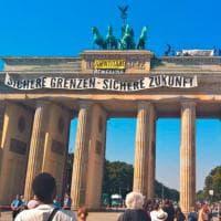 Berlino, attivisti di destra 'occupano' con uno striscione la porta di Brandeburgo