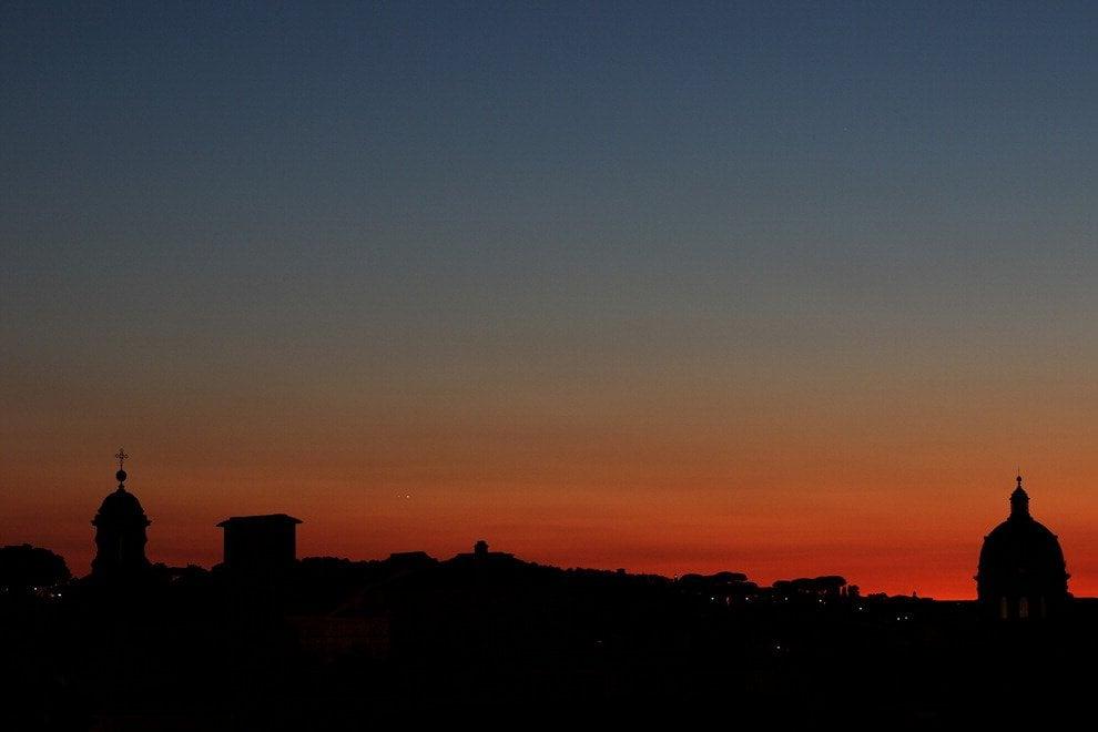 L'abbraccio di Venere e Giove al tramonto, le foto sullo skyline di Roma