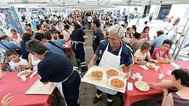 Torino, lunga coda per l'amatriciana   foto   in solidarietà con le vittime del sisma