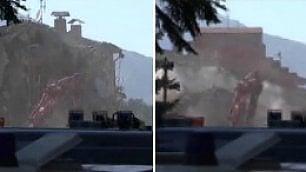 Vigili del fuoco al lavoro demoliscono gli edifici a rischio