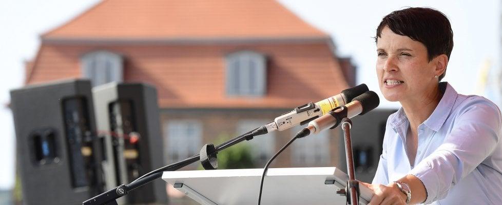 """Germania, Frauke Petry: """"Velo e migranti, i tedeschi chiedono il conto alla Merkel"""""""