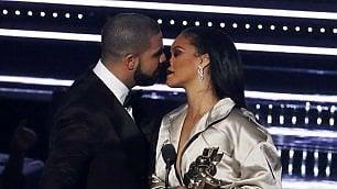Drake bacia Rihanna    video    Il ritorno di fiamma è in diretta