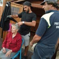Terremoto, la signora Maria dal parrucchiere: il coiffeur nella tendopoli