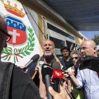 Terremoto, gli sfollati protestano e i funerali tornano ad Amatrice