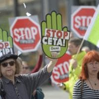 """Ttip, la Francia vuole lo stop ai negoziati. Richiamo di Calenda: """"Supportare la..."""