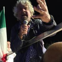 """Terremoto, Grillo contro il governo: """"Solo pannicelli caldi"""". Fiano (Pd): sciacallo. E..."""