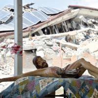Terremoto Amatrice, issato il crocifisso sul capannone dei funerali