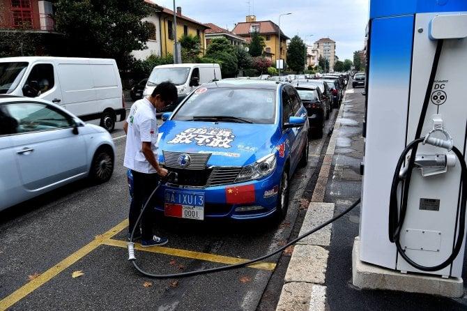 Giro del mondo in auto elettrica: la tappa italiana è uno show