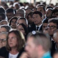 Terremoto, le autorità fra la gente ai funerali di Amatrice