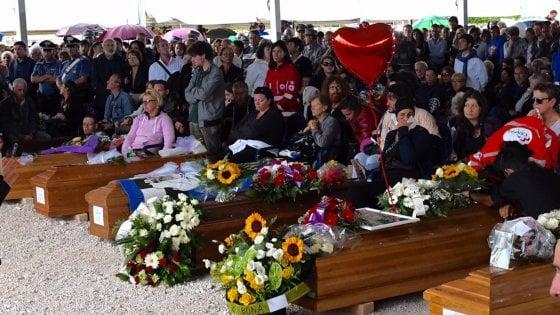 """Terremoto, le lacrime del sindaco ai funerali delle vittime di Amatrice: """"Amavano questa terra"""""""