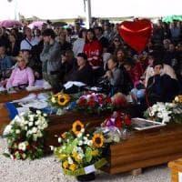 Terremoto, le lacrime del sindaco ai funerali delle vittime di Amatrice: