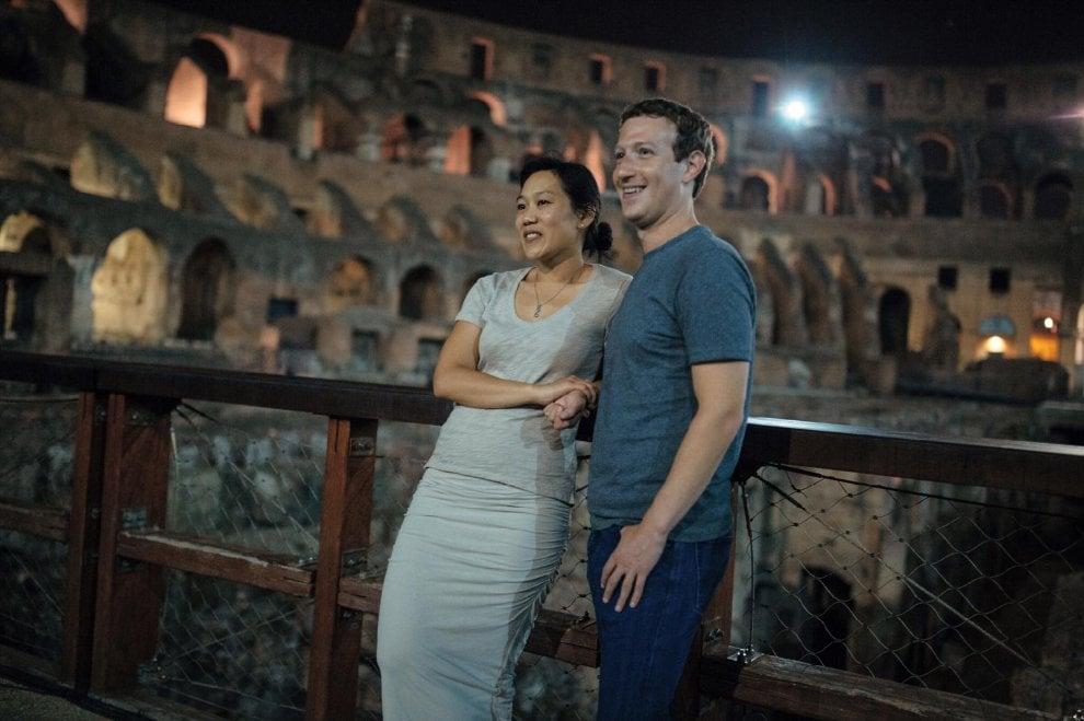 Zuckerberg e moglie salutano Roma dal Colosseo di notte