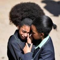 Sudafrica, scontro sulle acconciature afro: scuola le mette al bando, poi la marcia...