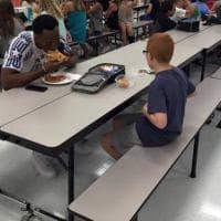 Usa: il campione di football americano mangia alla mensa della scuola con il bambino autistico lasciato solo