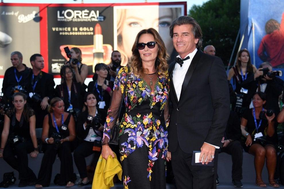 Venezia, Daniela Santanchè sul red carpet col nuovo fidanzato