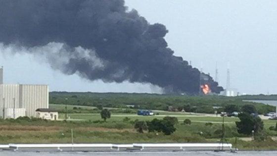 Esplosioni e fiamme a Cape Canaveral, erano in corso i test per il razzo SpaceX
