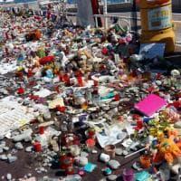 Nizza non dimentica, sulla Promenade sassi, fiori e peluche per i morti del 14 luglio