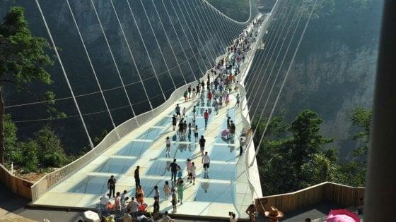 Cina: troppi visitatori, chiuso il ponte di vetro sul canyon