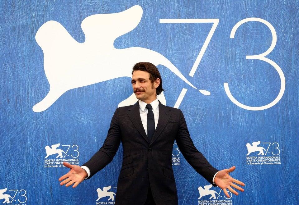 Venezia, giacca cravatta e baffi: al Lido c'è l'antidivo James Franco