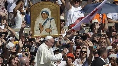 """Il Papa proclama santa Madre Teresa   video   """"Ha sferzato potenti per i crimini sui poveri"""""""