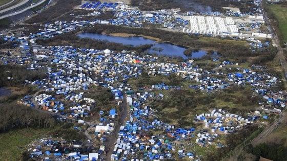 """Migranti, la protesta di Calais: cittadini in strada, """"chiudete la giungla"""""""