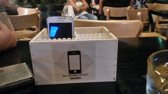 ''Giù i telefoni, su lo sguardo'', il digital detox ti aiuta a stare con gli altri