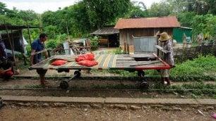 Sull'ultimo treno di bambù sopravvissuto ai Khmer Rossi