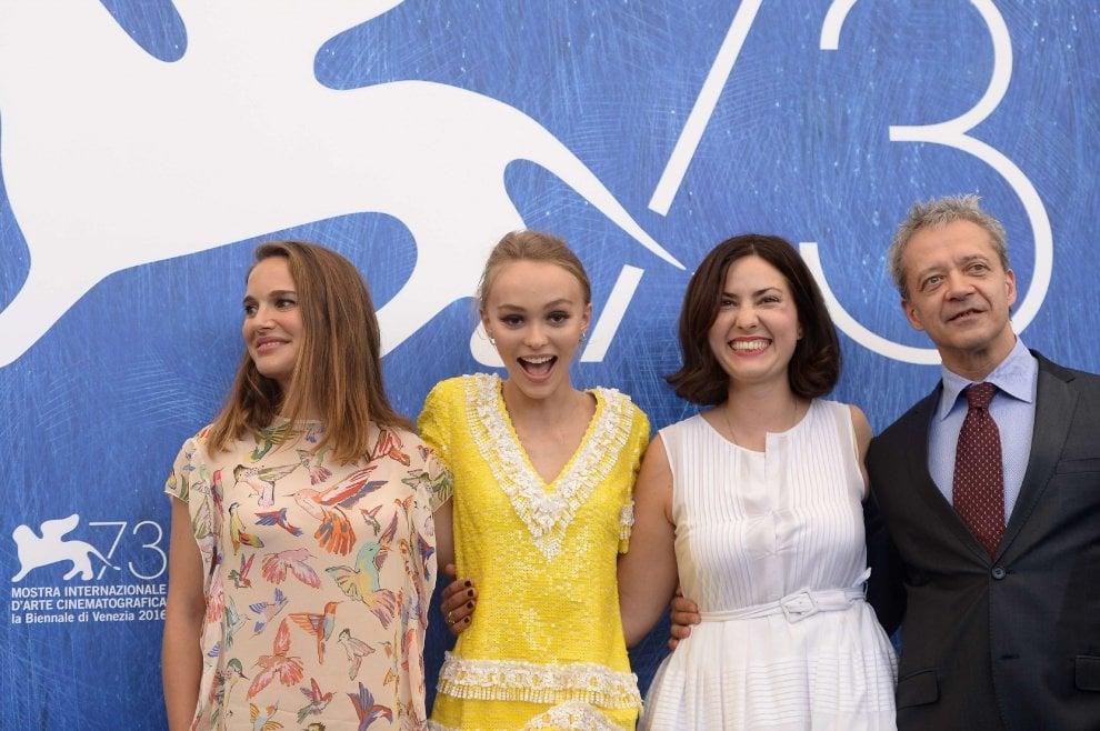 Lily-Rose Depp, sul set (e nella Spa) con Natalie Portman: l'arrivo alla Mostra