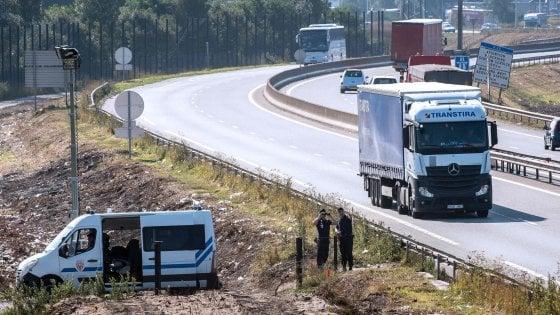 Migranti, sui camion per Calais in attesa del muro inglese