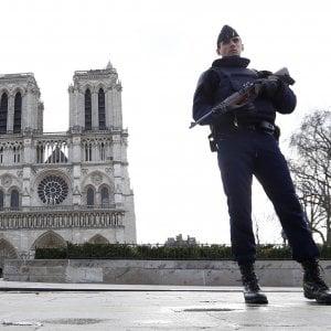 Isis, donne arrestate a Parigi preparavano attacco a Gare de Lyon. Fermato anche un uomo