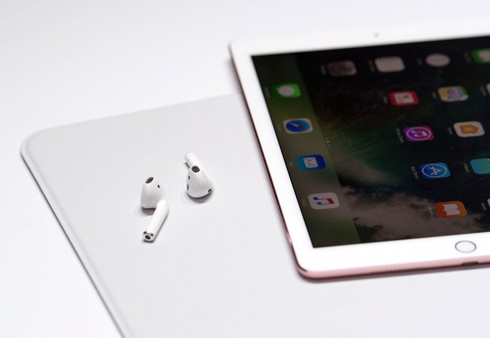 Ecco le AirPods, le prime cuffie bluetooth di Apple
