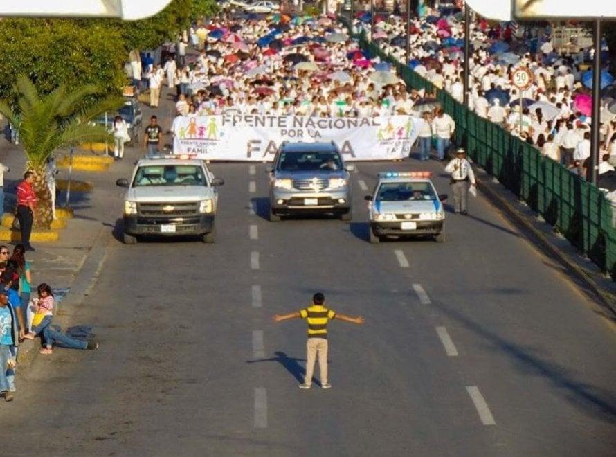 """Messico, il bimbo affronta la marcia omofoba: """"Non voglio che mio zio sia odiato"""""""