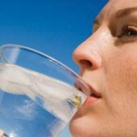 Bere acqua rende più produttivi, se disidratati smemorati e distratti