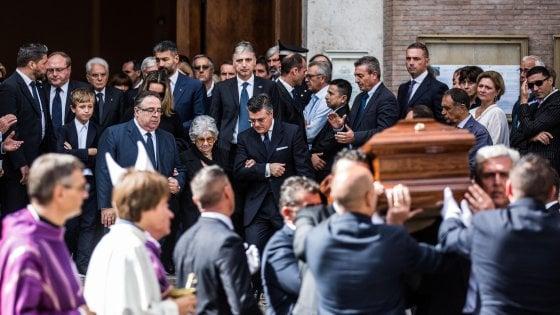 L'ultimo saluto al presidente Ciampi: applausi e commozione ai funerali in forma privata