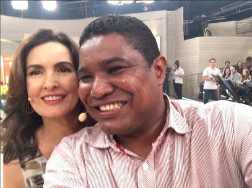 Selfie de João Maia com Fátima Bernardes no Programa encontro Fátima, estúdio da tv Globo