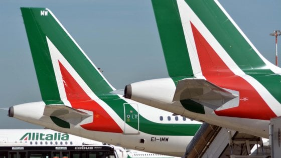 Alitalia, in corso lo sciopero di piloti e assistenti: 150 voli cancellati a Fiumicino