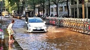 Milano, via Fabio Filzi allagata: le strade si trasformano in un fiume
