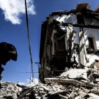 """Sisma un mese dopo, il piano del governo per la ricostruzione. Renzi: """"Tutto tornerà come..."""