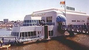 Canada, il McDonalds galleggiante degli anni 80: è abbandonato da 25 anni