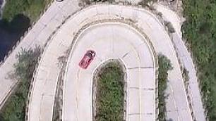 Ferrari sulla strada più pericolosa Scalata da record delle 99 curve