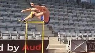 Nessun ostacolo può fermarlo Corsa incredibile del saltatore