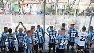Il Pisa vince a porte chiuse, e la squadra sale in curva per salutare i 2 mila tifosi fuori dallo stadio