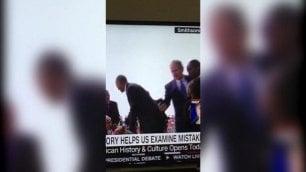 Bush non riesce a fare il selfie Chiede a Obama di scattare la foto